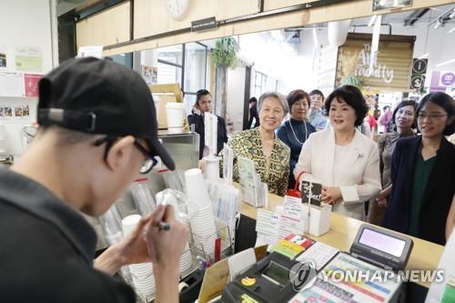 First ladies of S. Korea, Singapore meet
