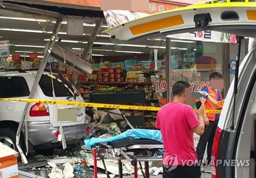 서울 구의동서 상가로 차량 돌진해 2명 사망