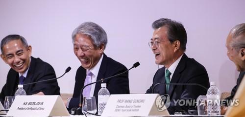 청중 질문에 답한 뒤 미소짓는 문 대통령