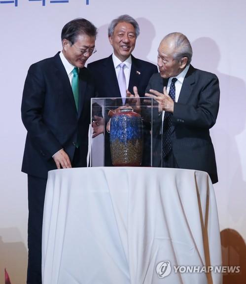 '싱가포르 렉처' 마친 뒤 선물받는 문 대통령