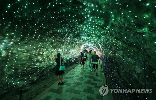 동굴로, 물놀이장으로…경기지역 때 이른 피서행렬 '북적'