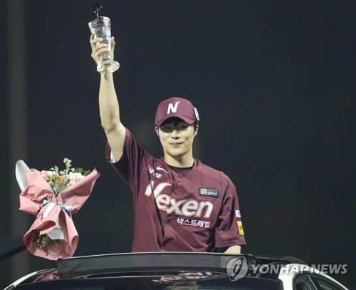 김하성, 황금장갑 한풀이…외야는 김재환·이정후·전준우