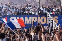 '월드컵 우승' 프랑스대표팀, 수십만 운집한 샹젤리제 거리 행진