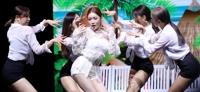가수 청하가 18일 오후 서울 중구 신세계 메사홀에서 열린 세 번째 미니앨범 '블루밍 블루(Blooming Blue)' 발매 쇼케이스에서 공연을 펼쳤다.