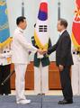 文在寅与新任海军总参谋长握手