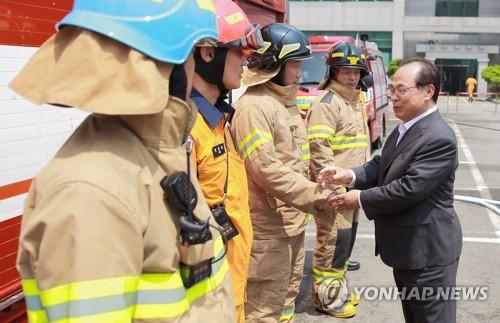 오거돈 부산시장 소방대원 격려 [연합뉴스 자료사진]