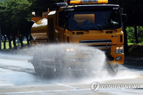 뜨거워진 도로에 물 뿌리는 살수차[연합뉴스 자료사진]