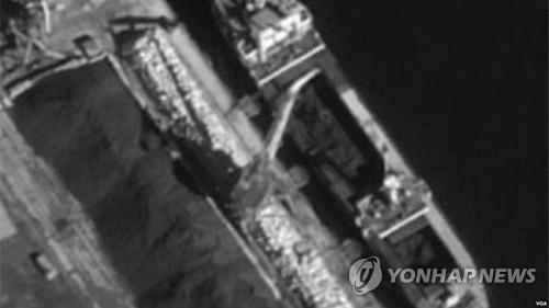 홀름스크 항에서 석탄 하역하는 북한 을지봉호