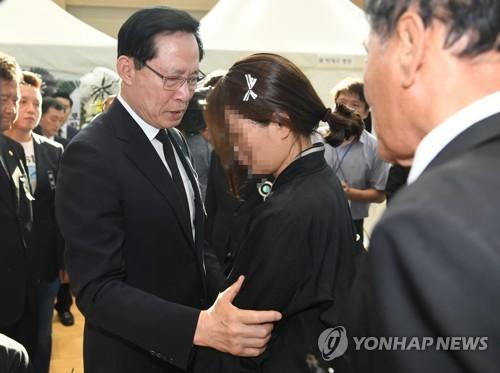 """송영무, 마린온 유족에 실언 사과…""""진의 잘못 전달돼 송구"""""""