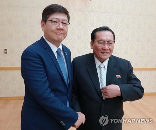 韓国側民和協の金弘傑(キム・ホンゴル)代表常任議長(左)と北朝鮮側民和協の金永大(キム・ヨンデ)会長(資料写真)=(聯合ニュース)