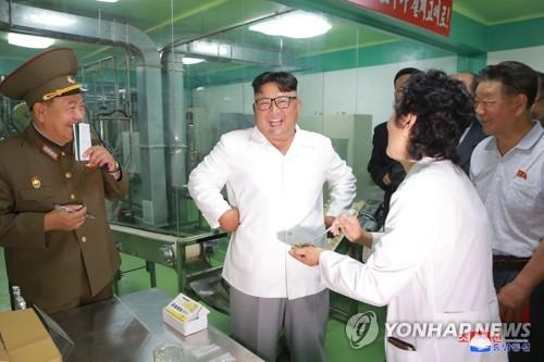 金正恩视察军用口粮生产工厂