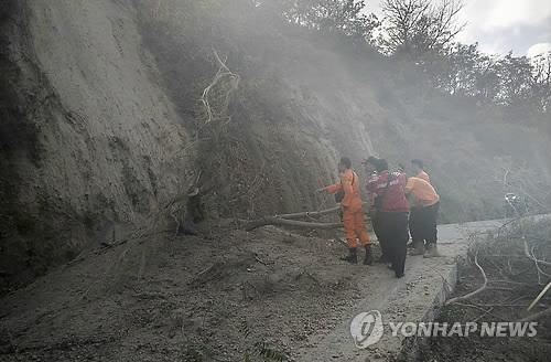 图为印尼龙目岛地震现场。(韩联社/欧新社)