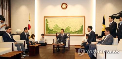 회동하는 국회의장과 교섭단체 원내대표들