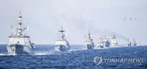 15年に釜山沖で開かれた韓国海軍観艦式の海上パレード(海軍提供)=(聯合ニュース)