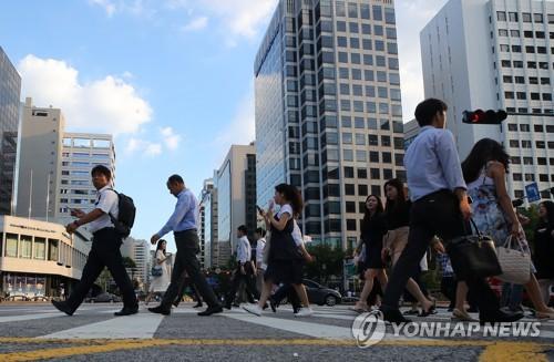 资料图片:图为在首尔中区广桥,市民在下班,摄于7月31日。(韩联社)