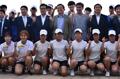 El ministro de Cultura del Sur con los atletas del Norte