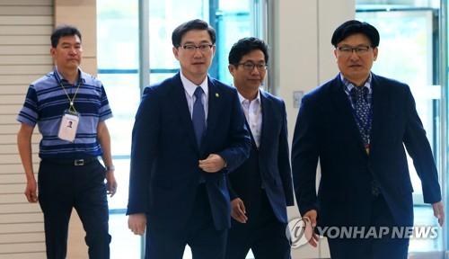 Le vice-ministre de l'Unification, Chun Hae-sung (deuxième à partir de la g.), arrive au bureau des douanes, de l'immigration et de la quarantaine de Donghaeseon à Goseong, dans la province du Gangwon, le mercredi 1er août 2018, afin de se rendre au complexe touristique du mont Kumgang, situé sur la côte est de la Corée du Nord, pour examiner les préparatifs des prochaines réunions des familles séparées par la guerre de Corée (1950-1953) qui auront lieu à partir du 20 août.