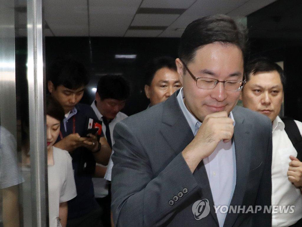 김경수 의원시절 사무실 향하는 특검 윤원일 검사