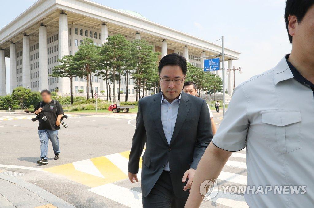 김경수 의원시절 사무실로 향하는 특검