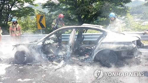 영동고속도로 주행 중 불이 나 잿더미 된 BMW 520d [연합뉴스 자료 사진]
