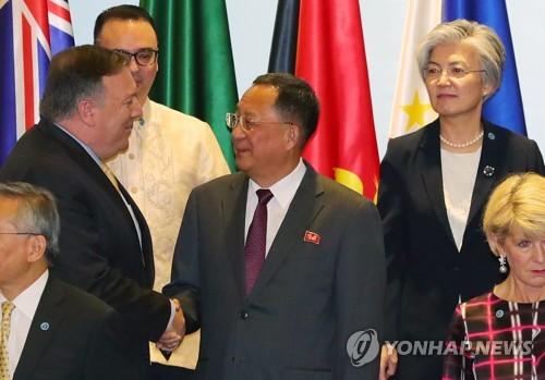 资料图片:8月4日,在新加坡博览中心举行的东盟地区论坛(ARF)上,美国国务卿蓬佩奥(左一)与朝鲜外相李容浩(中)握手。韩国外长康京和(后排右)站在后排。(韩联社)