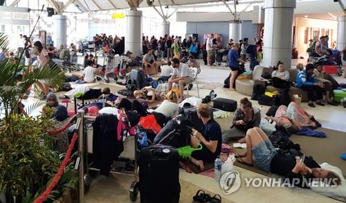 지진 공포에 피난처 된 롬복 공항