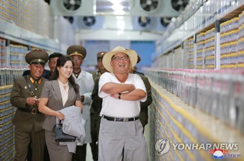 塩辛加工工場を視察する金委員長=(朝鮮中央通信=聯合ニュース)