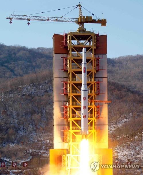 Cette photo publiée le 7 février 2016 par l'Agence centrale de presse nord-coréenne (KCNA) montre le lancement du Kwangmyongsong 4 (Photo d'archives Yonhap)