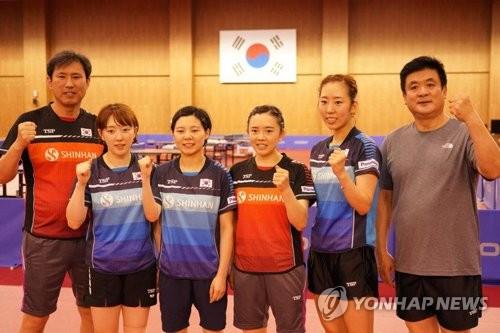 8月8日,位于忠清北道忠州市的镇川运动员村,韩国女子乒乓球队选手及教练合影留念。(韩联社)