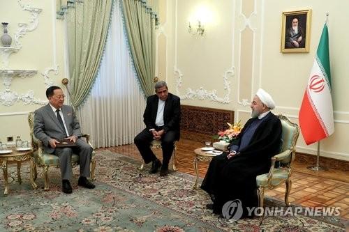 Le ministre nord-coréen des Affaires étrangères Ri Yong-ho s'entretient avec le président iranien Hassan Rohani le mercredi 8 août 2018 à Téhéran, en Iran. © Bureau présidentiel de la République islamique d'Iran