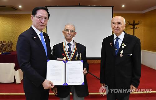 참전용사상 수여하는 송영무 장관