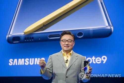 Le chef de la division mobile de Samsung Electronics Co., Koh Dong-jin, présente le Galaxy Note 9 au Barclays Center à New York le jeudi 9 août 2018, lors de l'événement «Samsung Galaxy Unpacked 2018».