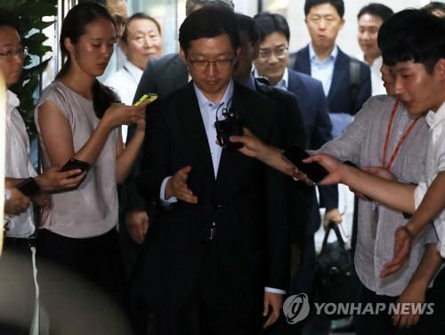 取り調べを終え、特別検察官チームの事務所を出る金慶洙氏=10日、ソウル(聯合ニュース)