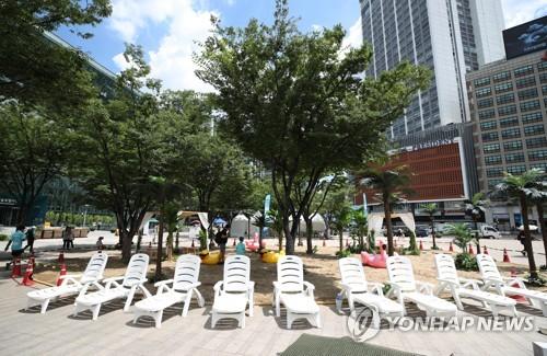 불볕더위에 아무도 없는 서울광장 미니해변