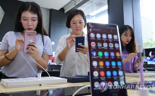 Visitors look at Samsung Electronics Co.'s Galaxy Note 9 smartphone at a shop in Seoul on Aug. 10, 2018. (Yonhap)