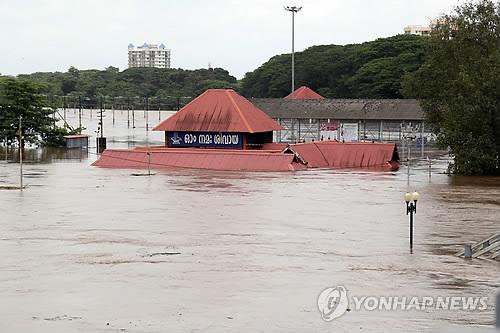 인도 남부 폭우 사망자 37명으로 늘어…6만명 대피