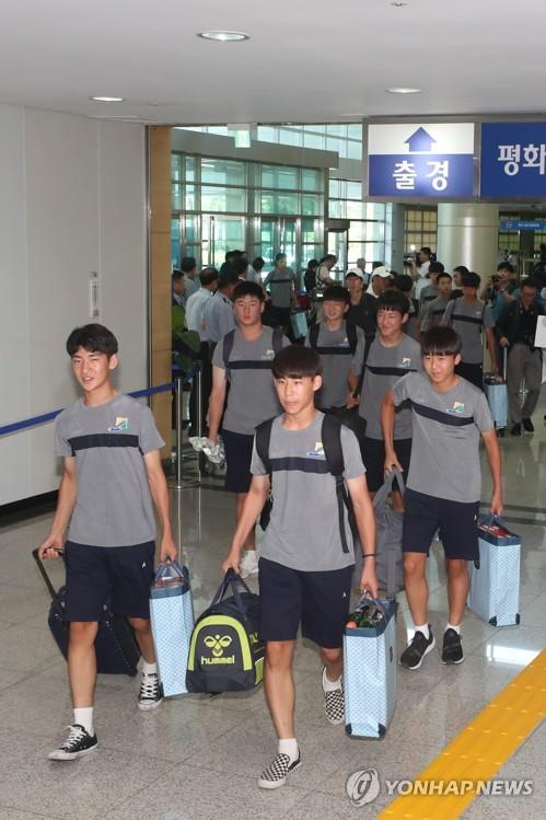 韩青少年足球队赴朝比赛