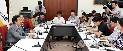 북한산 석탄 관련해 발언하는 김성태 원내대표