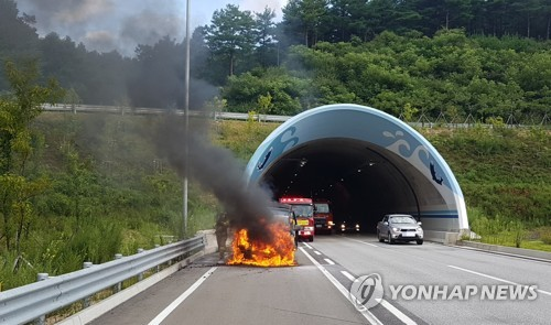 서울양양고속도로 주행 중 불이 난 스타렉스 승합차 [연합뉴스 자료 사진]