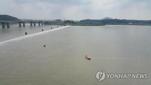 김포대교 아래서 전복된 소방 구조보트