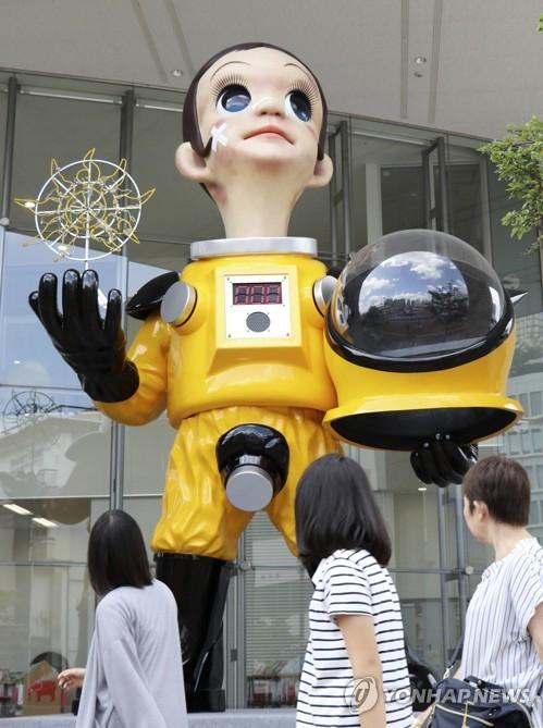 일본 후쿠시마 JR역 앞의 '방호복 어린이' 동상