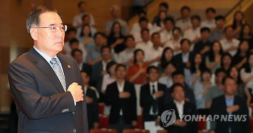 국기에 경례하는 이개호 장관