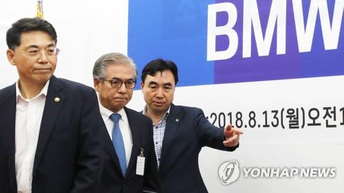 굳은 표정으로 간담회 참석하는 김효준 BMW코리아 회장
