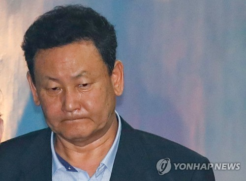 1심 선고 출석하는 'MB 재산관리인' 이영배