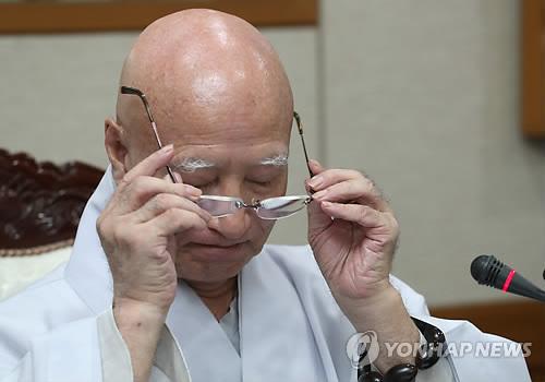 안경 고쳐 쓰는 설정 스님…연말 사퇴