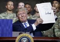 주한미군 2만2천명 밑으로 못 줄인다…트럼프, 새 국방수권법 서명