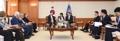 نائب رئيس الوزراء يجتمع مع رئيس مجلس الأعيان الأردني الفايز