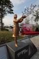 إزاحة الستار عن تمثال فتاة السلام في يانغجو
