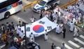日本大使館前を行進