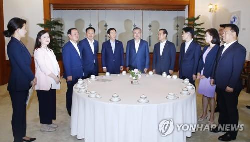 """문대통령-5黨원내대표 '협치' 합의…""""여야정 협의체 분기 개최""""(종합)"""